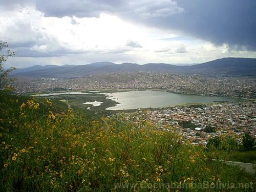 Laguna Alalay vista desde colina San Pedro